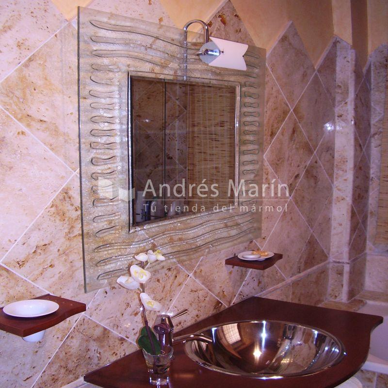 Baño con marmol travertino crema.